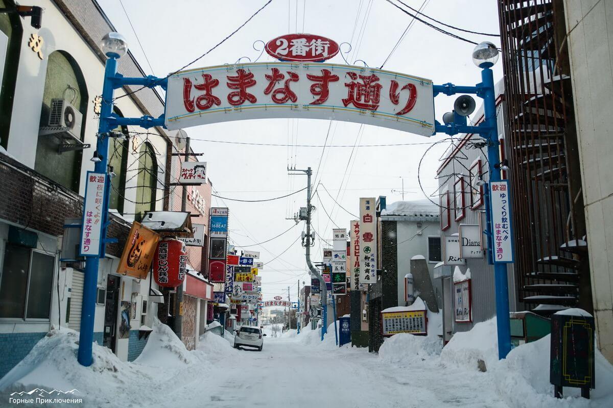 Типичная японская улочка с барами